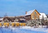 Paisaje invernal no urbana con casa de madera — Foto de Stock