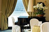 Hotellets interiör med piano — Stockfoto