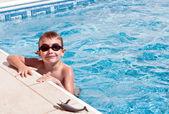 Lachende jongen bij zwembad — Stockfoto