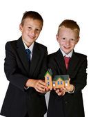 Two boys holding toy house — 图库照片