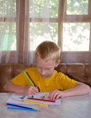 молодой мальчик рисование — Стоковое фото