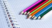 Defter ve renkli kalemler — Stok fotoğraf