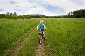 Simpático, paseos en bicicleta por el campo — Foto de Stock