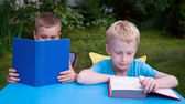 8-year and 6-year boys reading books — Stockfoto