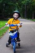 Montar bicicleta de niño — Foto de Stock