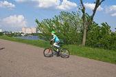 Buen chico ciclismo en el parque — Foto de Stock