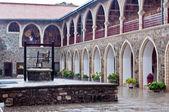 монастырь киккос, внутренний двор с хорошо — Стоковое фото