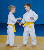 Taekwondo: two boys training — Stock Photo