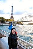 Söt pojke reser i paris — Stockfoto
