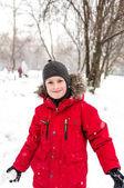 Niño jugando con nieve sonriente — Foto de Stock