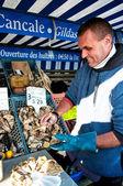 Oysterman 打开牡蛎在布雷斯特、 法国市场 — 图库照片