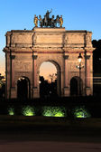 Night view of Arc de Triomphe du Carrousel (1806-1808, designed by Charles Percier and Pierre François Léonard Fontaine, near Louvre, Paris, France — Stock Photo