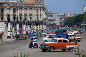 Great Theatre and heavy trafic, old town, Havana, Cuba — Foto Stock