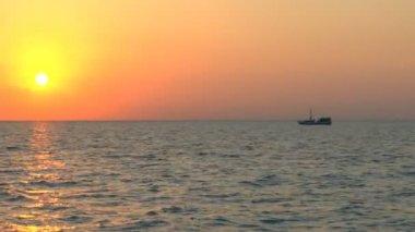 Gün batımı ve balıkçı teknesi, küba — Stok video