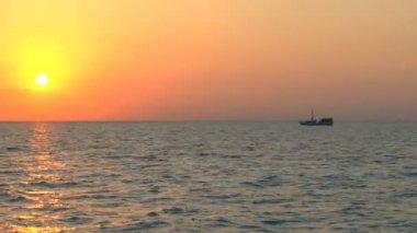 Zonsondergang en vissersboot, cuba — Stockvideo