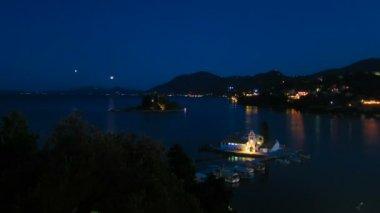Time-lapse: veduta aerea del monastero di vlacherna, di notte, kanoni, corfù, grecia. — Video Stock