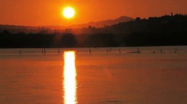 Puesta del sol cerca de aeropuerto de corfú, time-lapse, grecia — Vídeo de stock