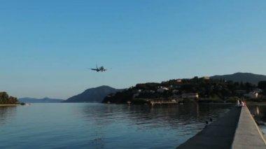 Atterraggio di scena tramonto, viaggio servizio aereo, aeroporto di corfù, grecia — Video Stock