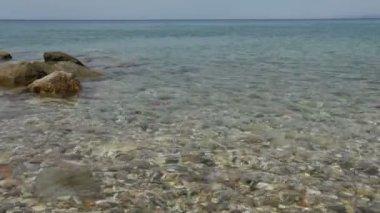 Escena del día de la mediterránea del mar y las rocas, halkidiki, grecia — Vídeo de stock
