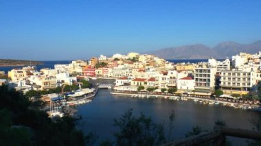 Aerial view of city Agios Nikolaos before sunset, Crete — Stock Video #13367338