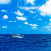 Barco tradicional vendimia en océano, maldivas — Foto de Stock