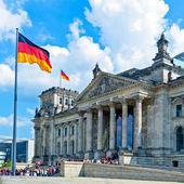 Edificio del reichstag y bandera alemana, berlín — Foto de Stock