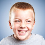 Портрет счастливой милый маленький мальчик смеется — Стоковое фото