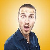Güzel, genç bir adam portresi yüz ifadesi sürpriz yaptı — Stok fotoğraf