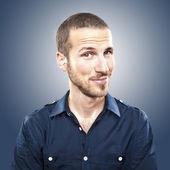 Ung vacker man ler, ansikte uttryck — Stockfoto