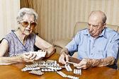 Coppia di anziani con pillole — Foto Stock