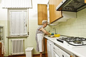 台所で高齢者の女性 — ストック写真