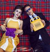 Retrato de moda de pareja joven de estilo retro de los años sesenta — Foto de Stock