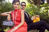 60 年代のレトロ スタイルの若いカップルのファッションの肖像画 — ストック写真