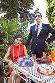 Retro jaren zestig stijl mode paar ontbijten buiten — Stockfoto