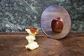 Cuadro surrealista de una manzana que refleja en el espejo — Foto de Stock
