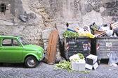 Rue poubelle avec roues et couvercle rabattable. près de haillons wal — Photo