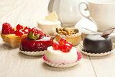 不同的美丽糕点、 小五颜六色的甜蛋糕 — 图库照片