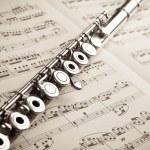 Antik müzik puanı zemin üzerine gümüş flüt — Stok fotoğraf #23093618