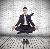 Joven empresario levitando en posición de yoga, meditación — Foto de Stock