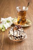 另一种美丽的糕点,小多彩甜蛋糕与茶 — 图库照片