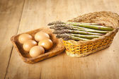 Asparagus and eggs on wooden table, ingredientes — Stock Photo