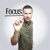 フォーカスをガラス基板上マーカーで書く若いカジュアルな男 — ストック写真