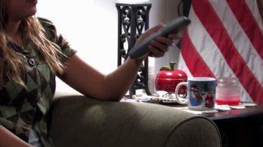 žena změní televizní kanály. — Stock video