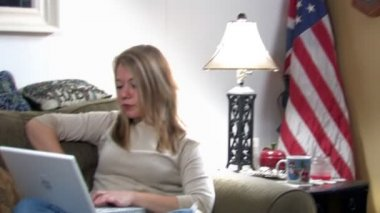 A college girl uses her laptop — Video Stock