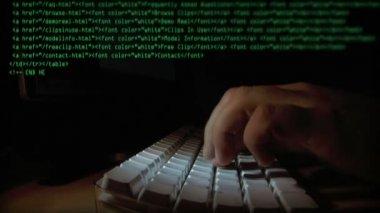 ввод кода на компьютере — Стоковое видео