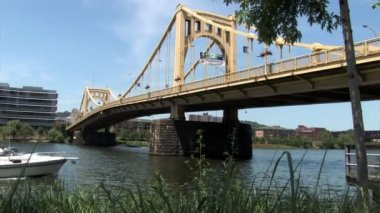 Boaters travel under the Ninth Street Bridge over the Allegheny River — Stock Video