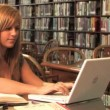Royalty-Free Stock Imagem Vetorial: A female college student studies in the library