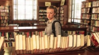 A student locates a book in the library — Stock Video