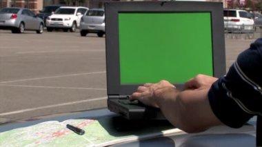 à l'aide d'un ordinateur portable. cache alpha inclus — Vidéo