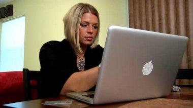 Een vrouw winkels on-line met haar credit card — Stockvideo